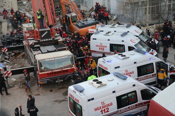 Według rządowej agencji ds. katastrof i sytuacji nadzwyczajnych AFAD od piątku pod gruzami znaleziono 45 żywych osób