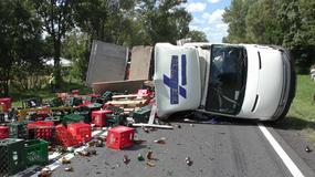 Tir uderzył w ciężarówkę z piwem i osobówkę