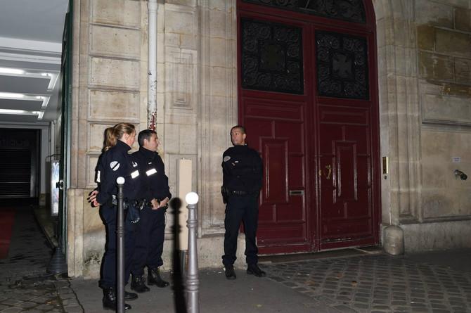 Policija u ranim jutarnjim časovima ispred hotela u kome je Kim opljačkana