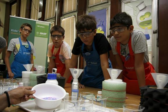Radoznali mališani uče kako sačuvati toplotu