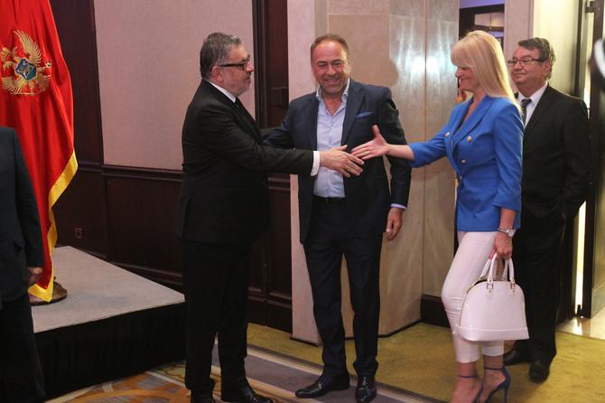 Marinko Rokvić i njegova supruga se pozdravljaju sa ambasadorom