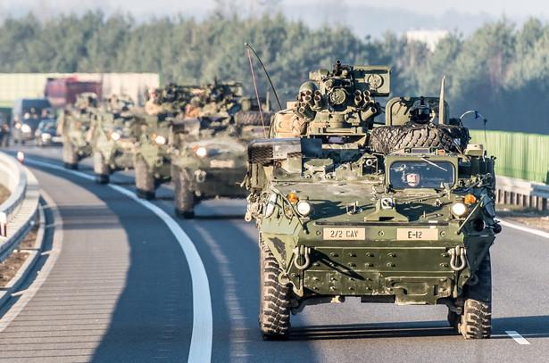 Podczas pikniku pokazywano wojskowy sprzęt, m.in. amerykańskie transportery opancerzone Stryker, brytyjskie pojazdy rozpoznawcze Jackal oraz sprzęt i wyposażenie jednostek Garnizonu Wrocław, np. pojazdy Topola, Skorpion czy ruchomy węzeł łączności cyfrowej. fot. (cat) PAP/Maciej Kulczyński