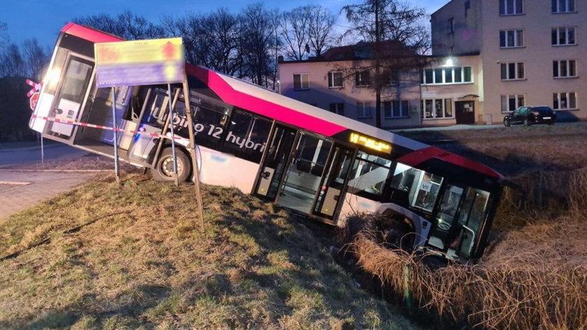 Autobus zjechał ze skarpy. Jedna osoba w szpitalu.