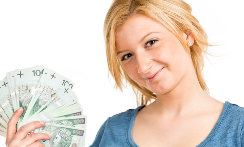kobieta z plikiem banknotów