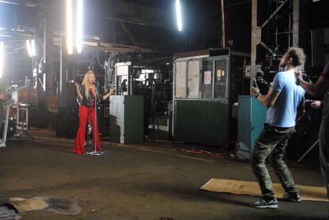 Šta radi dečko dok pevačica snima spot? FOTO
