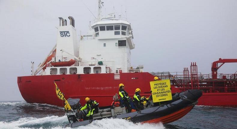 greenpeace intercepte un navire