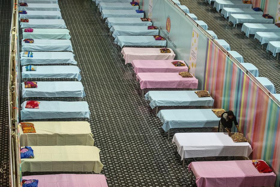 Szükségkórházat alakítanak ki Gauháti egyik sportcsarnokában, miután hetedik napja 200 ezer fölött van a napi új fertőzöttek száma Indiában / MTI/AP/Anupam Nath