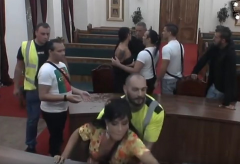 FLAŠA, ČEKIĆ I UDARAC SVOM SNAGOM: Aleksandra Subotić je nasrnula na Ramonu, obezbeđenje uletelo i IZNELO JE! VIDEO