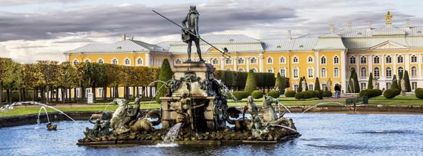 2. miejsce: Peterhof - zespół pałacowo-ogrodowy założony przez cara Piotra I. Wielki Pałac (1714-1721) został zaprojektowany przez Jeana-Baptiste'a Le Blonda. Wielki Pałac stoi pośrodku parku, którego górna część stanowi park francuski z m.in. fontanną Neptuna wykonaną w 1658 roku w Norymberdze dla uczczenia końca wojny trzydziestoletniej. W 1782 roku została sprzedana carewiczowi Pawłowi.