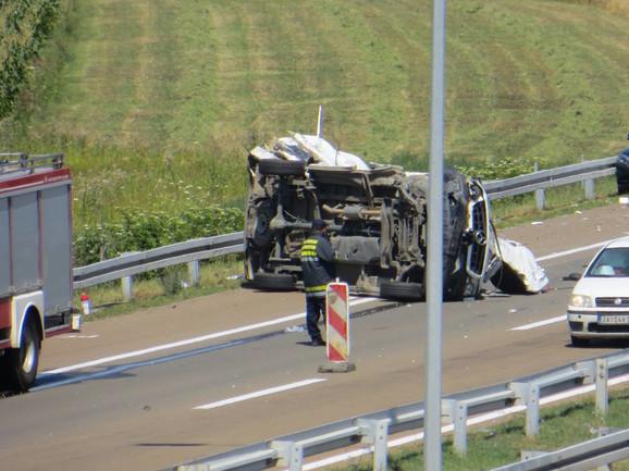 Vozač kombija stradao u jezivom udesu