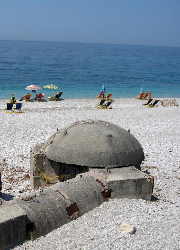 Bunker Albanija plaža EPA ARMANDO BABANI