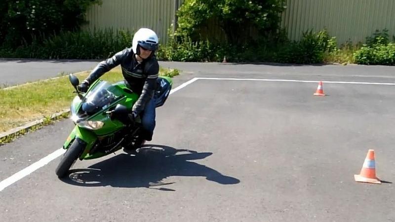Motocykl na placu egzaminacyjnym