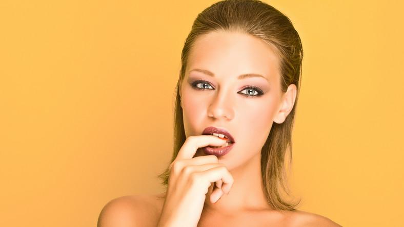 Ona jest sexy! W płodnej fazie cyklu ciało i zachowanie kobiet zmienia się. Natura robi wszystko, by panie wydawały się jeszcze bardziej ponętne. I rzeczywiście takie się stają - wskazują badania. Owulacja sprzyja atrakcyjności niczym dobry salon piękności. To też niezły wabik na mężczyzn – pisze gazeta.pl