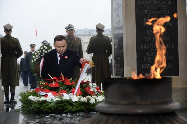 Prezydent Andrzej Duda składa wieniec na Grobie Nieznanego Żołnierza na pl. Piłsudskiego w Warszawie