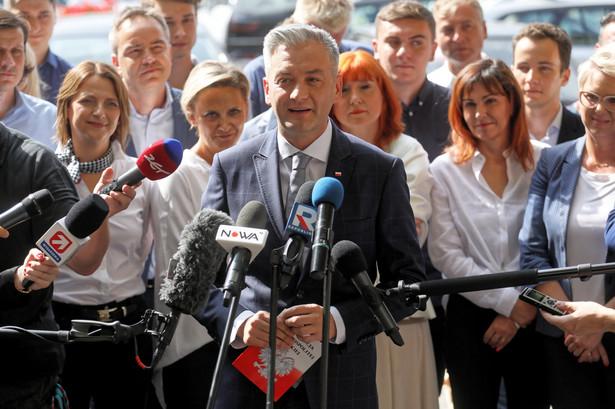 Robert Biedroń podczas konferencji prasowej w Warszawie