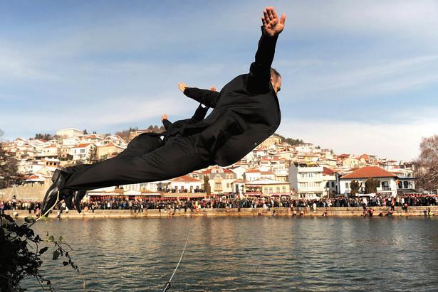 Wyznawcy prawosławia z Macedonii skaczą do jeziora Ochrydzkiego 19 stycznia, w dniu Objawienia Pańskiego