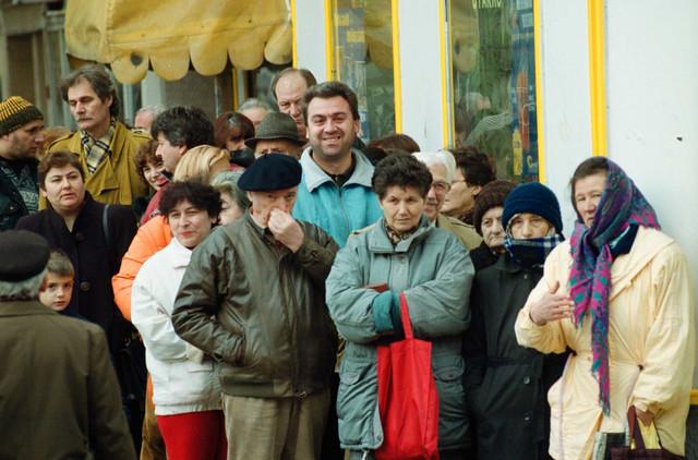 Redovni ispred prodavnica uobičajen prizor devedesetih