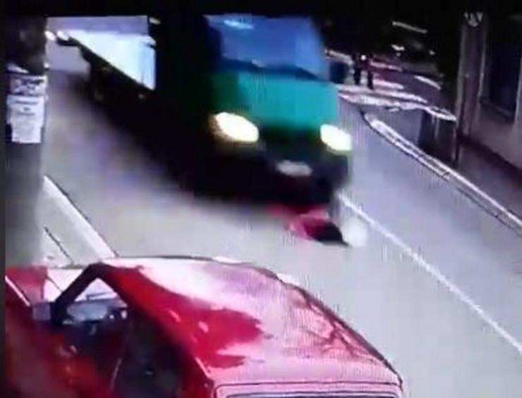 Devojčicu kamion pokosio dok je pretrčavala ulicu