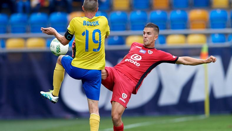 Piłkarz Arki Gdynia Miroslav Bozok (L) i Marcin Pietrowski (P) z Piasta Gliwice
