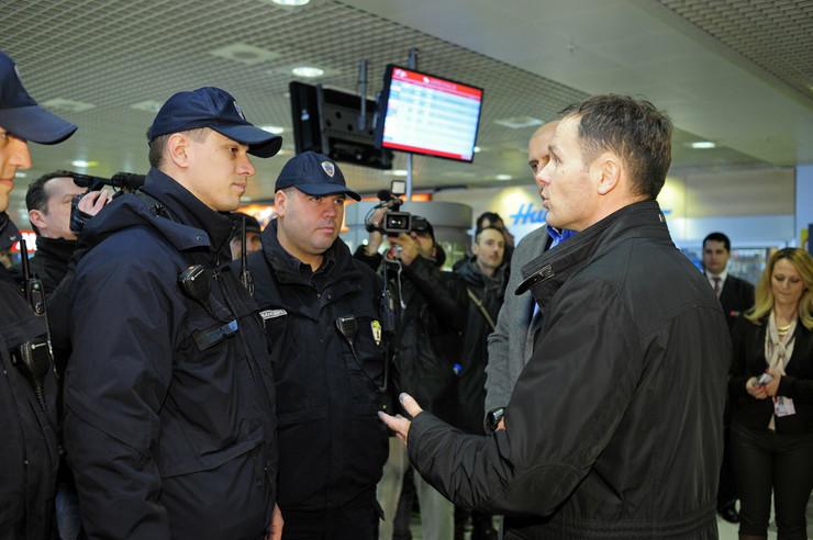 Gradonačelnik Siniša Mali sa komunalnim policajcima oko podne na aerodromu