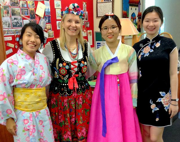 Z uczennicami z Japonii, Korei Południowej i Chin w dniu międzynarodowym