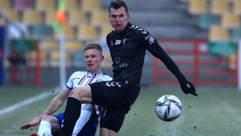 Piłkarz Podbeskidzia Bielsko-Biała Mateusz Marzec (L) i Adrian Gryszkiewicz (P) z Górnika Zabrze podczas meczu Ekstraklasy