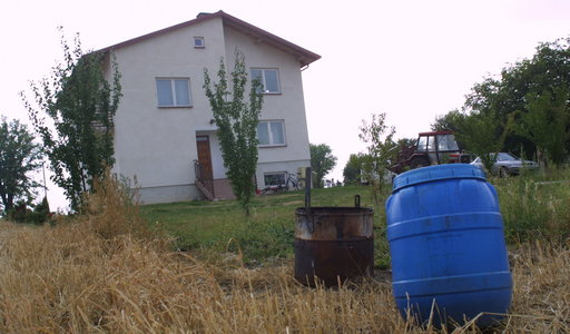 Makabra w domu pod Lublinem. Jolanta K. zrobiła z domu cmentarz. Pięć ciał noworodków trzymała w beczce