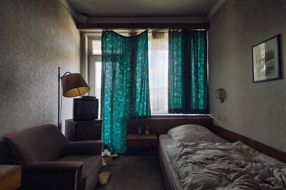Gotovo neoštećena soba u poluizgorelom hotelu izgleda kao da u njoj neko i dalje živi
