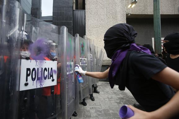 Demonstranti su ispisivali poruke i po policijskim štitovima