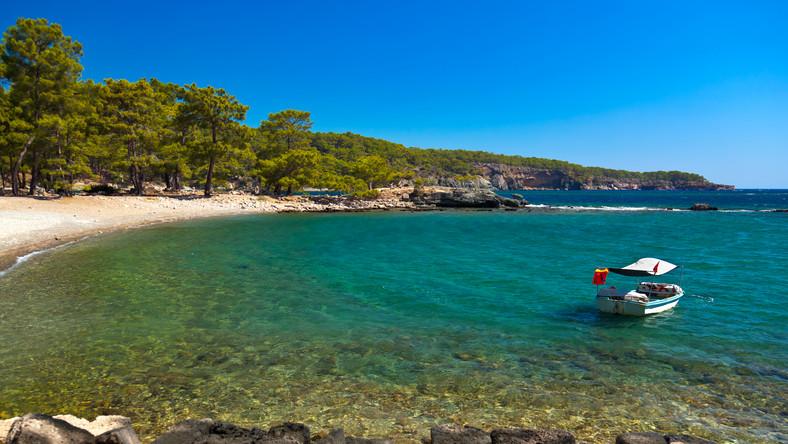 To plaża inna niż pozostałe. Otoczona drzewami, położona w zatoczce niedaleko starożytnych ruin. W ogóle nie przypomina plaż znanych z folderów biur turystycznych