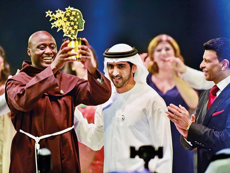 Shaikh Hamdan presents the Best teacher award to Peter Tabichi, a Maths and Physics teacher from Kenya, as Sunny Varkey, founder of the GESF, looks on. (Gulf News)
