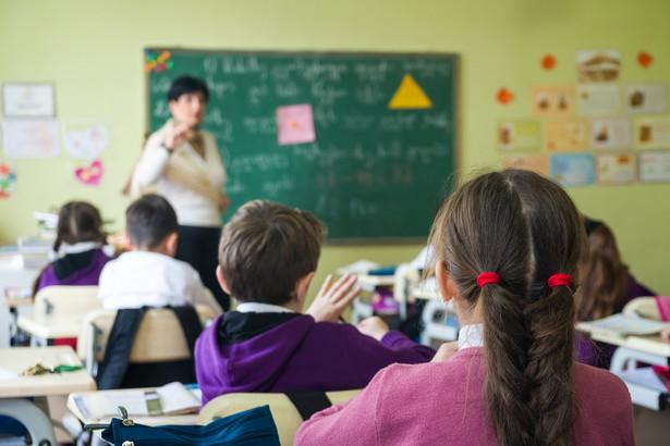 """Program """"Wyprawka szkolna"""" jest realizowany od 15 lat. Przez ten czas zmieniała się grupa uczniów, którzy byli do tej pomocy uprawieni."""