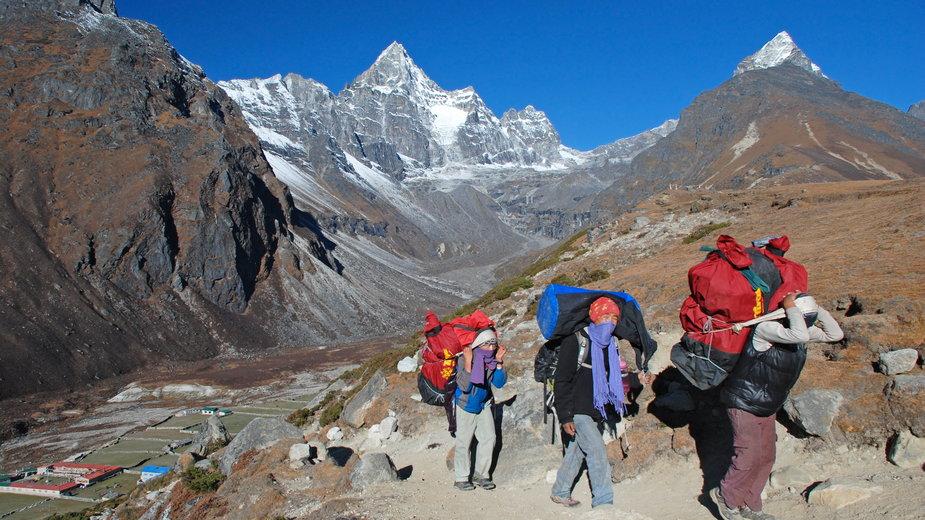 """Szerpowie z Seven Summit Treks. Fragment książki  """"W cieniu Everestu"""", Magda Lassota"""