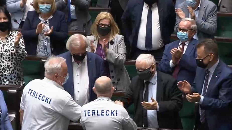 Posłowie wsparli marszałka Terleckiego ubierając specjalne koszulki