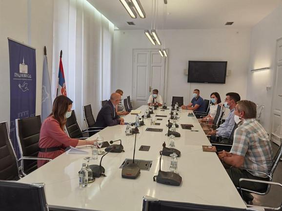 Miloš Vučević sa menadžerima tržnih centara i predstavnicima Udruženja ugostittelja u Novom Sadu