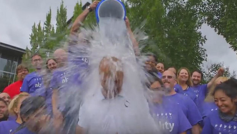 Microsoft wyzywa testerów Windows 10 do ALS Ice Bucket Challenge (wideo)