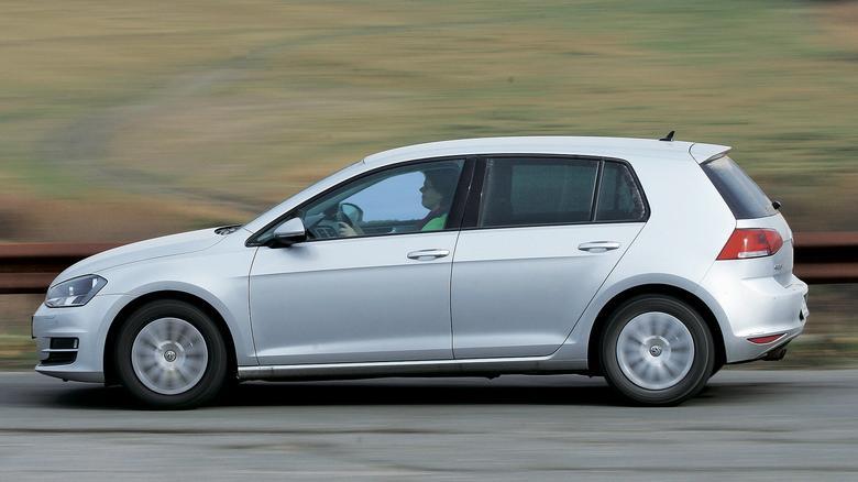 Volkswagen Golf zwycięża – oczywiście, oceniając go przez pryzmat kryteriów dla nowych aut. Natomiast pod względem trwałości, a także niezawodności wyraźnie ustępuje Mercedesowi.