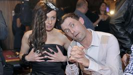 Dlaczego Jarosińska trzyma się za piersi?