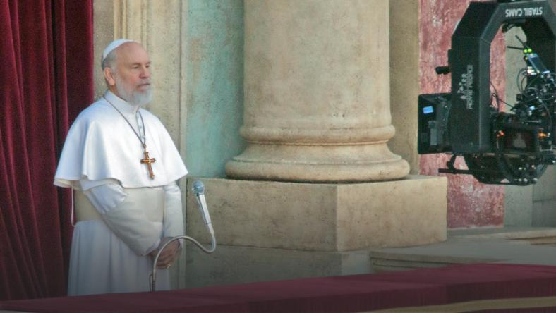 "John Malkovich na planie serialu ""The New Pope"""