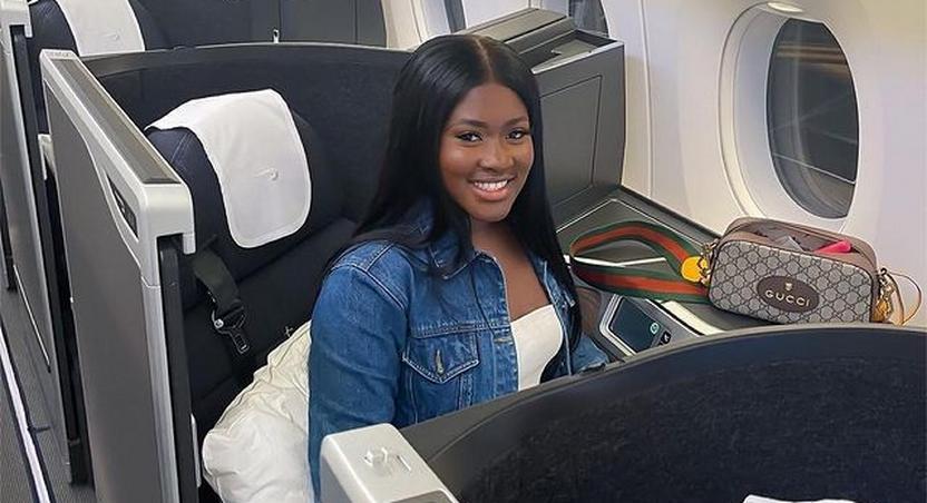 Fella Makafui on the plane