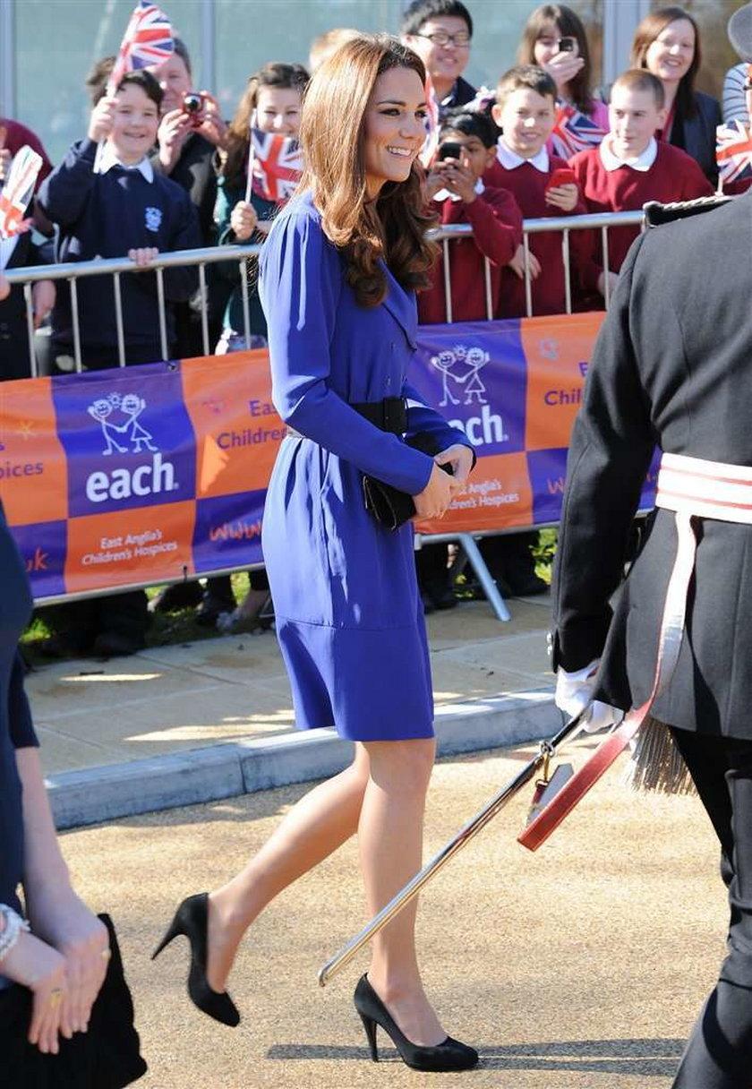 Księża Kate w sukience mamy