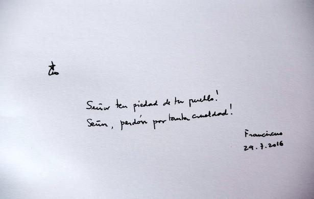 """Wpis papieża Franciszka """"Panie miej miłosierdzie nad twym ludem! Panie przebacz tak wielkie okrucieństwo!"""" w księdze pamiątkowej w Muzeum Auschwitz."""