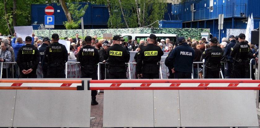 """""""Plują w twarz i nazywają gestapowcami"""". Policjant emocjonalnie o demonstracjach"""