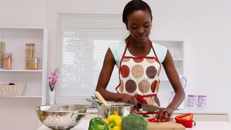 African woman cooking (Framepool)