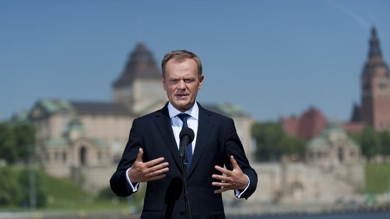 Premier Donald Tusk podczas spotkania z dziennikarzami lokalnych mediów na szczecińskim nabrzeżu Łasztownia