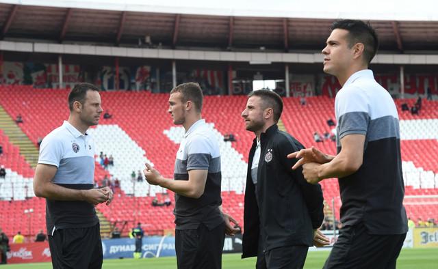 Fudbaleri Partizana na zagrevanju pred finale