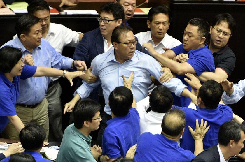 Bójka w parlamencie. Paniom puściły nerwy