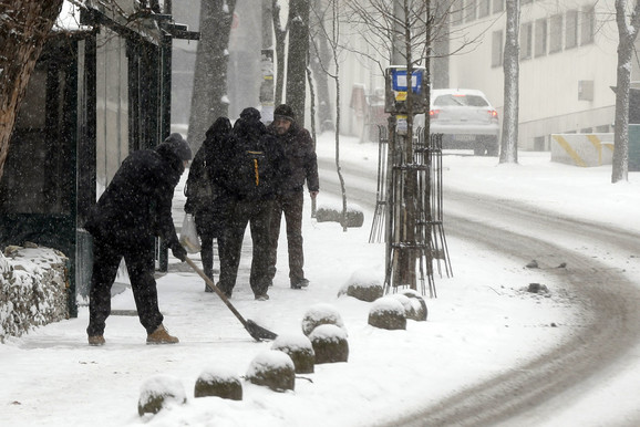 Čišćenje snega i leda sa trotoara