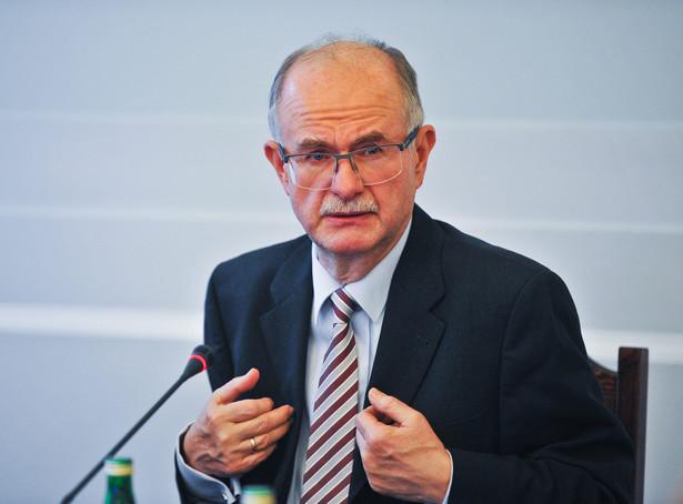 """Zdaniem Kluski, """"ta ustawa generalnie jest rozwiązaniem wspaniałym, bo likwiduje podział Polaków na gorszych i lepszych"""""""