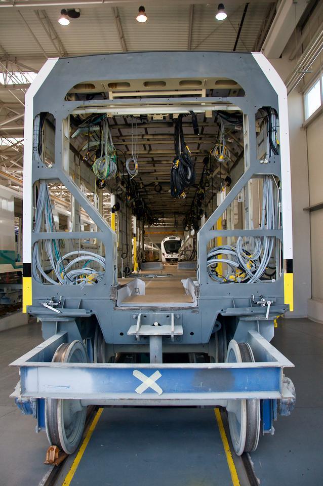 Pudło Impulsa 45WE pomalowane w barwy zamawiającego go przewoźnika trafia do kolejnej hali, gdzie rozpoczyna się montaż instalacji i wyposażenia.